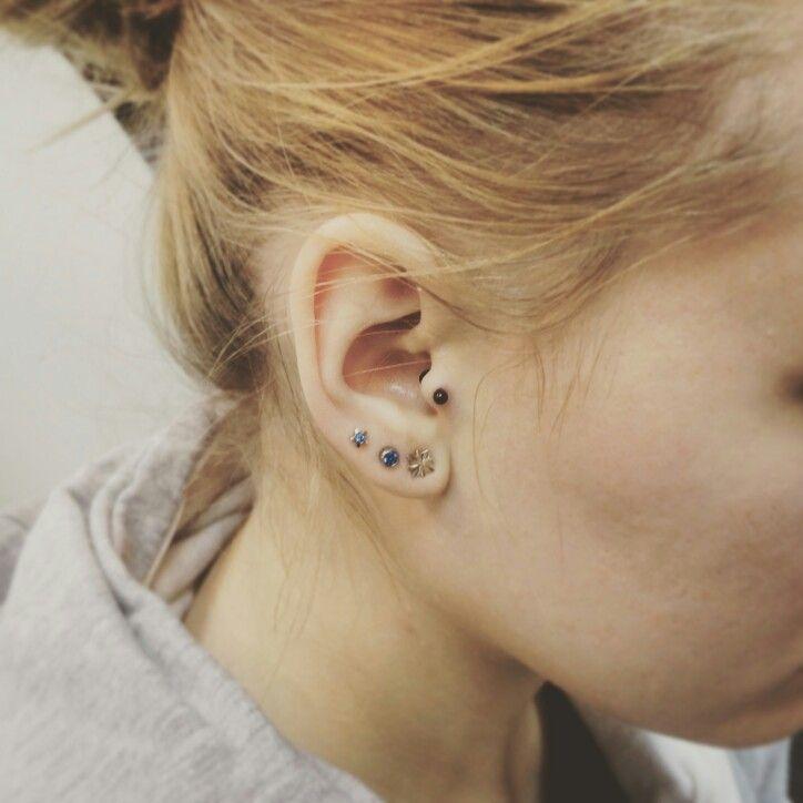 Пирсинг козелка/трагус. Пирсинг сделан в студии тату Evolution, мастером Вадимом. Украшение - мини лабрет из анодированного титана G28. www.evotattoo.ru. Тел./WhatsUp: 8(925)5143553. #tattooandpiercing #piercing #tragus #tragus_piercing #ear_piercing #трагус #пирсинг_уха #сделать_пирсинг #пирсинг