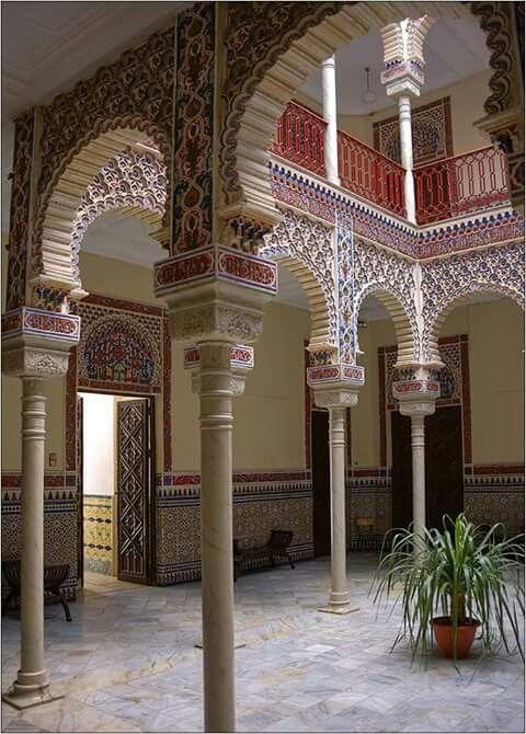 Patio arabe es el centro del palacete