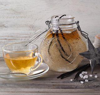 """Verfeinern Sie Ihren Tee doch mal mit einer feinen Vanille-Rum Note in Form eines aromatisierten Zuckers - eine köstliche Variante für Erwachsene, die nichts gegen """"ein paar Umdrehungen"""" haben."""