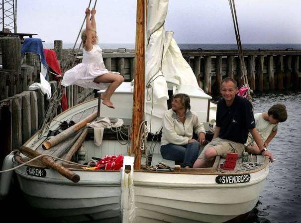 Anker Lauritsen på KAREN i juni 2006. Første sommersejlads efter, at KAREN var kommet til Svendborg. Ruftaget, som Theodor Hansen, Bogø, havde forhøjet, er endnu ikke skåret ned til den oprindelige højde
