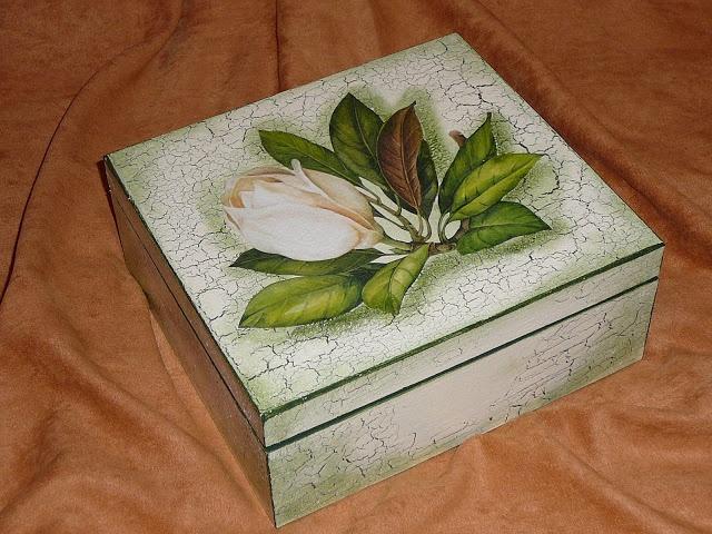 """Caja hecha con tecnica """"decoupage"""". (detalles """"crackled"""" y bordes unicolor)"""
