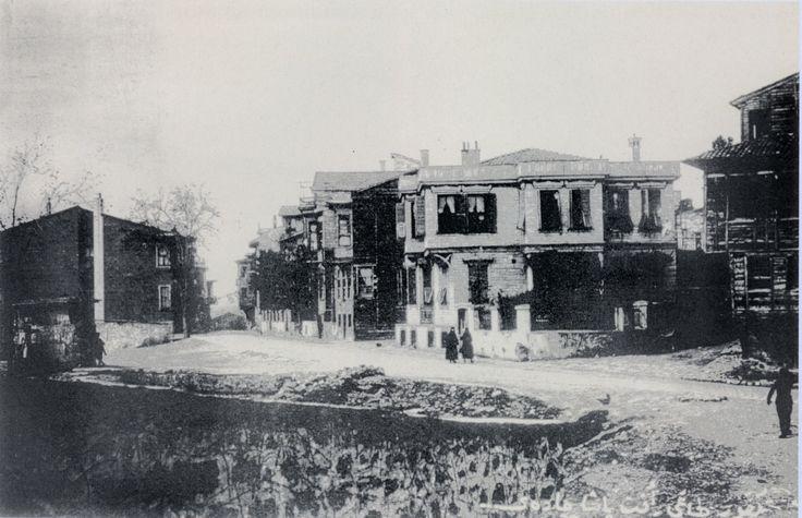 KONSOLOSLUKLAR YOLU RAFET PAŞA MAHALLESİ ŞİMDİ ARKEOLOJİ MÜZESİ ÖNÜ 1923