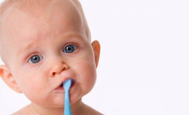 Come insegnare ai bambini a lavare i denti? Sicuramente trasformandolo in un gioco divertente che, con il tempo, diventerà un´abitudine a cui il bambino non rinuncerà più. Vediamo quali sono i consigl