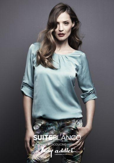 Foto | Lady Addict muy favorecida por el tono azul de su camisa, uno de los más tendencia para el verano.