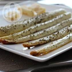Spargel aus dem Backofen mit Herbes de Provence - Man kann Spargel auch im Backofen zubereiten. Ich bestreich ihn einfach mit Olivenöl, dann Herbes de Provence, Salz und Pfeffer dazu und ab in den Ofen. Eine schnelle und einfach Beilage.@ de.allrecipes.com