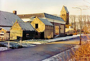 Pyter Jurjenstrjitte met woningen en de voormalige bibliotheek cq kleuterschool. In de Pyter Jurjensstrjitte