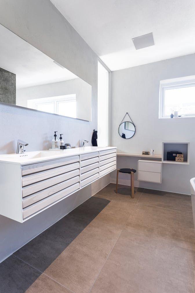 Badeværelsesmøblement med to håndvaske, to spejle og makeup-bord