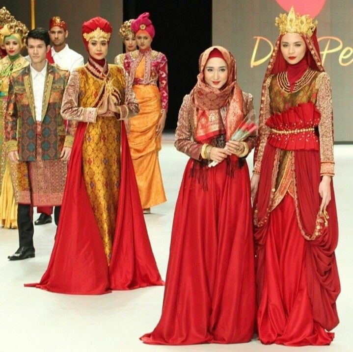 Dian Pelangi's design. Indonesian culture x Red. Batik and many more Indonesian style. A modest traditional x Hijab. Perfect. Hijab outfit by Dian Pelangi ♥