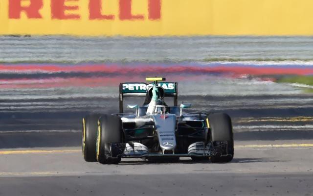 F1: Nico Rosberg s'impose au GP de Russie -                   Déjà vainqueur des trois premiers Grand Prix de la saison, Rosberg, qui a signé son 7e succès de rang, conforte sa 1e place au classement du championnat du monde. Avec 100 points, il devance nettement Hamilton (57) et Räikkönen (43). http://si.rosselcdn.net/sites/default/files/imagecache/flowpublish_preset/2016/05/01/945735151_B978541787Z.1_20160501161101_000_G2Q6N0T2A.3-0.jp