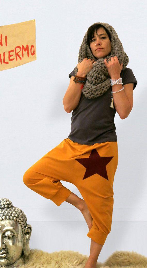 Pantalon de yoga pour les femmes avec la star de Jersey, pantalon bouffant, sarouel été sarouel court court, sur mesure /, Kundalini Yoga  Pantalon d'yoga de curry-Orange en coton Jersey - confortable et décontractée. Ces Sarouels urbain a une bande élastique à la taille, est veziert avant avec une étoile de couleur bleu et a une longueur de 3/4. Conclusion. Super adapté pour l'yoga, relaxation, ou comme occasionnels compagnons tous les jours.  Comment commander: 1. tour de taille 2. tour…