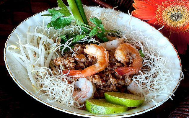 Ми Кроб — тайская хрустящая лапша с креветками и тофу