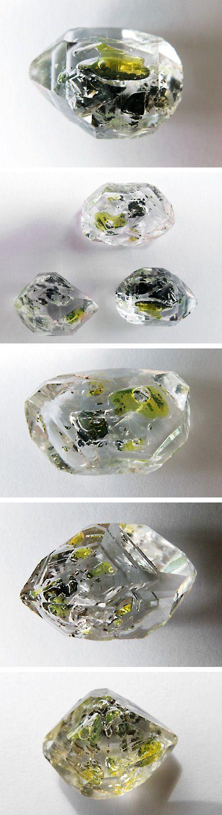 Quartz with gas/oil inclusions 4.DA.05   4: OXIDEN (Hydroxide, V [5,6] Vanadate, Arsenite, Antimonite, Wismuthite, Sulfite, Selenite, Tellurite, Iodate)  D: Metall: Sauerstoff = 1: 2 und ähnliches  A: Mit kleinen Kationen: Silica Familie