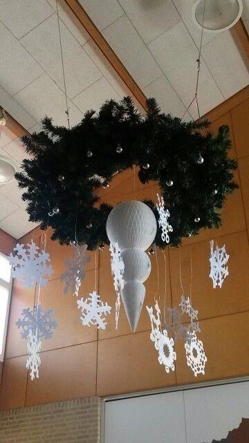 Mega grote kerstkrans met ijspegel van de Hema en zelfgeknipte ijskristallen.