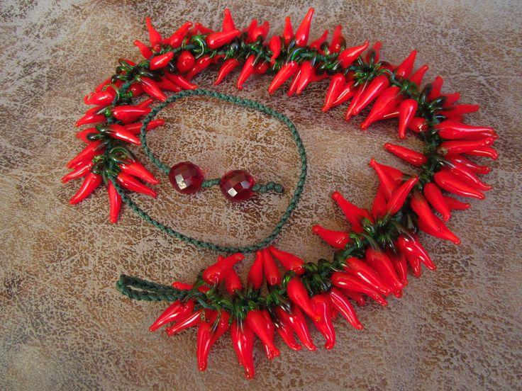 Подвеска из стеклянных красных перцев