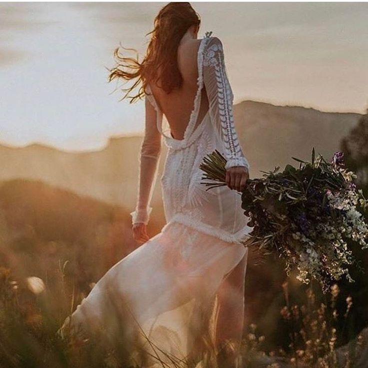 """1,898 To se mi líbí, 30 komentářů – Melody Nelson (@melodynelsonbridal) na Instagramu: """"Bohemian love moment with this Luca gown @ruedeseinebridal @tali__photography…"""""""