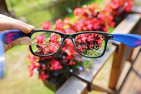 Vorteile von Kontaktlinsen am und im Wasser Jeder, der bereits  Kontaktlinsenträger  ist, weiß es längst: komfortabler als mit den handlichen Sehhilfen geht es kaum. Man benötigt keine teure Sonnenbrille mit Sehstärke, die gerne mal...