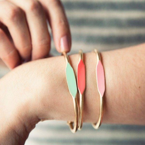 Trio de bracelets jonc en laiton émaillés de mint, corail et rose pastel. Garnett est une marque Américaine crée par Aimée. Chaque bijou est réalisé à la main - Les inutiles