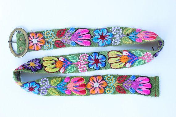 Grüngürtel - wolle-Gürtel für Frauen - Handarbeit Floral Belt  Über unseren Gürtel für Frauen:  -Elegantes Blumenmuster und ein Vergnügen zu tragen, Freude, Sie durch seine visuelle Schönheit holt sie wie gewünscht wird, es immer wieder zu tragen.  -Wir bieten verschiedene Hintergrundfarben; in Kombination mit verschiedenen Blütenfarben.  -Größen: Klein: 42 Zoll lang X 2 Zoll Breite (107 cm lang x 5 cm Breite) Medium: 44 Zoll lang X 2 Zoll Breite (112 cm lang x 5 cm Breite) Groß: 46 Zoll…