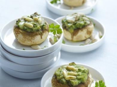 Champignons met pesto Ingrediënten voor 12 personen      12 champignons (grote)     1 bolletje mozzarella     1 sjalot     4 el groene pesto     1 el peterselie (gehakt)     1 el pijnboompitten     peper     zout