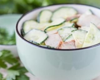 Salade anti-prise de poids concombre et yaourt : http://www.fourchette-et-bikini.fr/recettes/recettes-minceur/salade-anti-prise-de-poids-concombre-et-yaourt.html