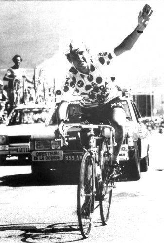 maker onbekend | Wielrenner Michel Pollentier komt zegevierend over de streep, maar hij zal de Tour de France moeten verlaten nadat hij na deze winst in de etappe naar Alpe d'Huez bij de dopingcontrole is betrapt op het onder zijn arm meenemen van een peervormig ballon. Tour de France. 1978
