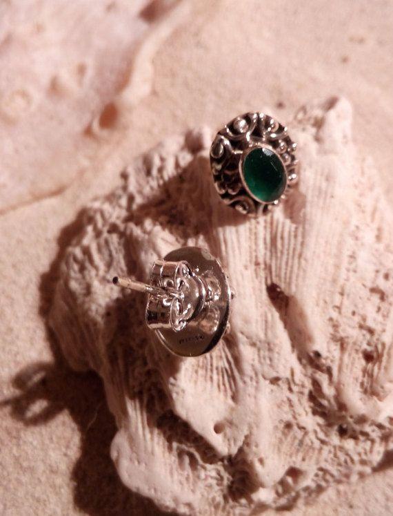 Onyx vert facettes boucles d'oreilles en argent sterling  Dimensions: 9 x 11 mm taille de Pierre ; 6 x 4 mm  Onyx vert est dit pour améliorer la créativité, libérer le stress et bénéfique en termes de guérison des problèmes physiques et émotionnels. En Inde, on croit quonyx vert est gouverné par la planète Mercure et sert comme une antenne pour les rayons cosmiques. La couleur verte de la pierre offre de belle structure, un look totalement transparent qui signifie lintelligence et…