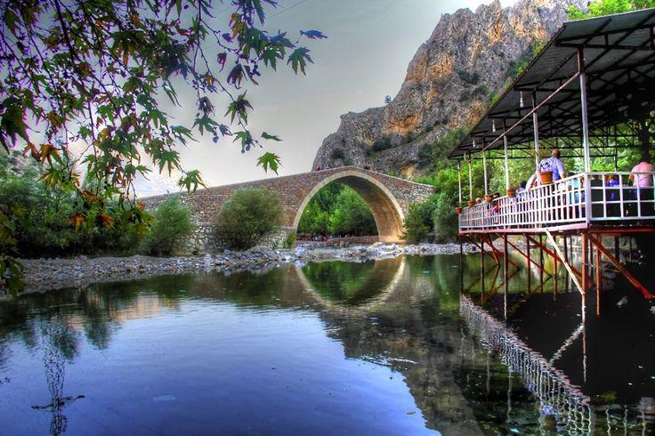 Adana Pozantı'ya bağlı Alpu köyü civarındaki Şekerpınarı.Hayat Su şişeleme tesisi yanı.