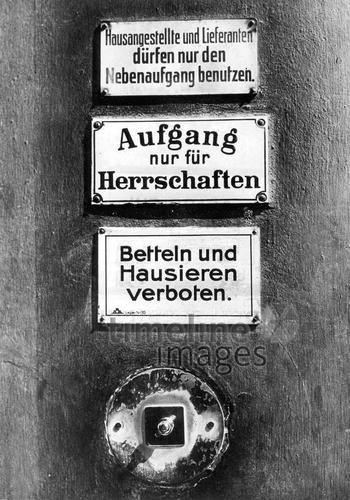 Klingel und Schilder an einer Haustür in Berlin, um 1900 Timeline Classics/Timeline Images – 070461