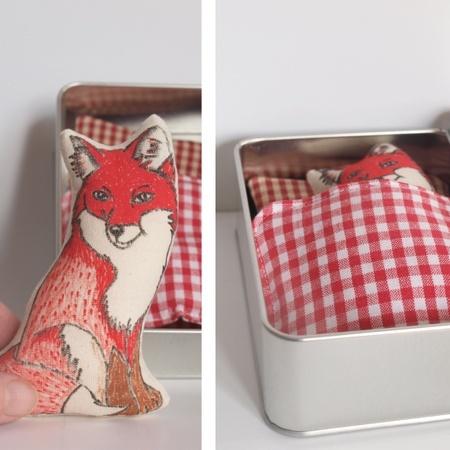Reven sover..håndtegnet tekstil Rev i blikkboks med pute og teppe