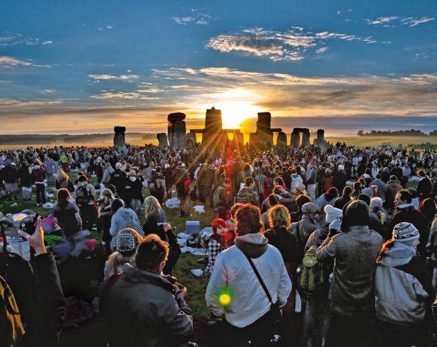 Il misterioso complesso di Stonehenge è disposto in modo che i raggi del Sole, all'alba del solstizio d'estate, cadano su un blocco di pietra disposto al centro.