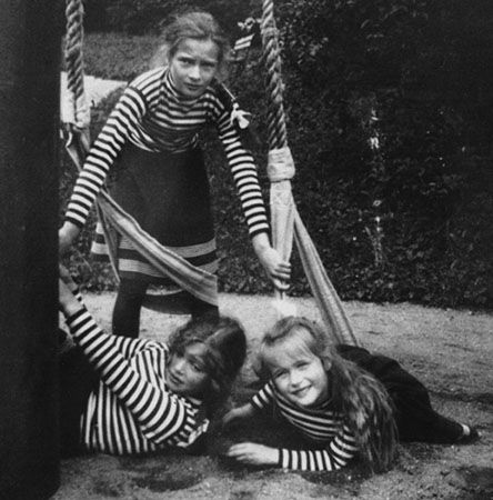 Three little girls who would one day lose their lives brutally: Tatiana, Maria and Anastasia of Russia.