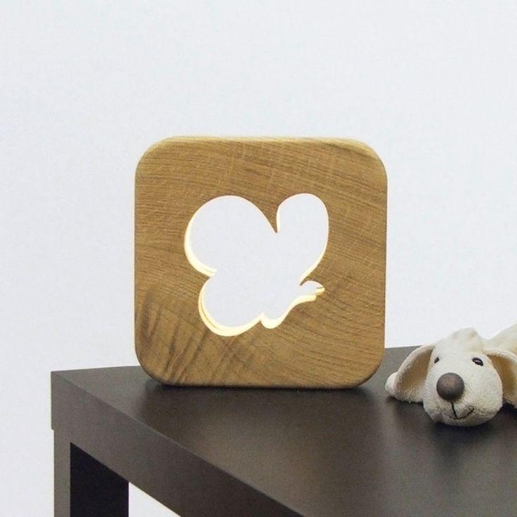 Veilleuse pour enfant,modèle papillon en bois massif  La Veilleuse est une adorable lampe naturelle qui permet d'accompagner les enfants dans leur nuit et de les rassurer grâce à la lumière douce qu'elle diffuse. Papillon, girafe, mouton ou caribou, choisissez l'animal préféré du bambin qui l'accompagnera dans son sommeil!   Corps en chêne massif.  Dimensions : 20 cm x 20 cm.  Nous appliquons manuellement comme sur chacun des produits blumen une huile protectrice naturelle aux normes…