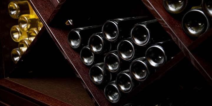 Som vinälskare, har du förmodligen spenderat en hel del tid på att köpa till olika viner för att lägga till i din samling. Det enda verkliga problemet med detta är att, oavsett om du köper vin online eller i butik och får en bra affär på de dyrare vinerna, behöver du fortfarande någonstans att lagra din växande samling. Om du har turen att ha ett extra rum, ett utrymme i källaren eller i garaget eller ett extra gästrum, kan du skapa en vinkällare som ger dig en idealisk plats att lagra ditt…
