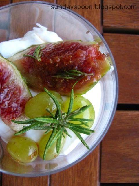 Fig, grape and mascarpone dessert / Δροσιστικό γλυκό με σύκο, σταφύλι και μασκαρπόνε