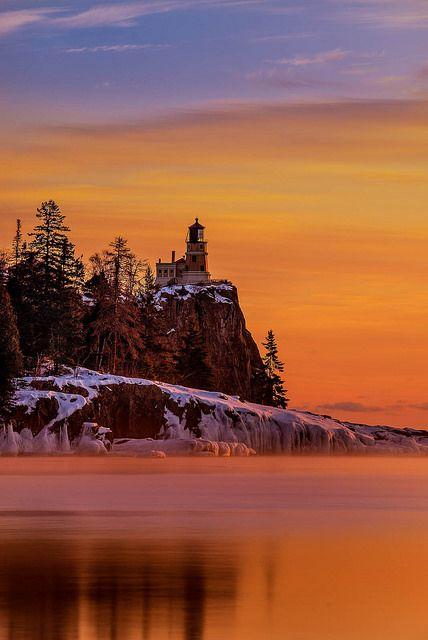 Faro Split Rock al Amanecer - un sereno lago Superior, Silver Bay, Minnesota