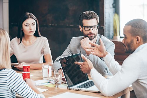 Arbeitgeber haben ein Interesse daran, dass Mitarbeiter sich fortbilden. Aber können die Kosten in manchen Fällen zurückgefordert werden?`Das sagt das Arbeitsrecht...