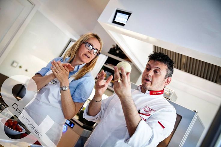 Séfműhelyünk egyik fő témája az új kenyérsütési technikák, ügyvezetőnket, Mirjamot és a résztvevőket is lázba hozták. / The  major theme of our workhop were the new bread baking  techniques, to which our managing director, Mirjam, and the participants were also thrilled. #kitchen #gastro #chef #cooking
