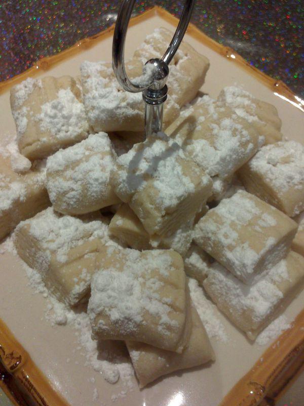 Anne Eli isimli Mutfağımızdan Un Kurabiyesi;   Ağızda dağılan yumuşacık un kurabiyesi. 4-5 gün tazeliğini kurur.Pudra şekeri ile servis edilir. Nefis bir atıştırmalık, ya da ikramlık.  Kargo ile gönderilir, gel al alım da yapılabilir.