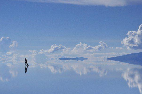 Солончак уюни во время влажного сезона покрывается тонким слоем воды и выглядит как огромное зеркало.
