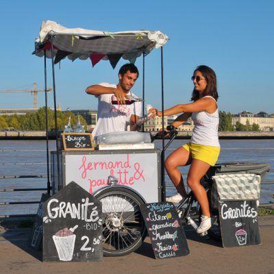 Voici Fernand & Paulette, un duo, qui circule grâce à un triporteur et qui vend des granités qu'on appelle Popsicle. Ce sont des sorte de glace qu'ils vendent sur un vélo d'où le jeu de mots : à partir d'un gros bloc de glace qu'on vient râper, on mélange du... #abicyclette #bordeaux #bossàvélo