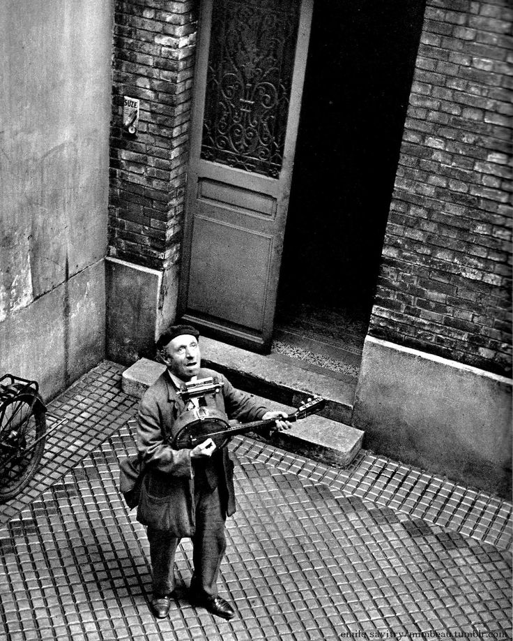 Chamade - Vintage French Photos - Street Singer - Paris 1950s - Emile Savitry