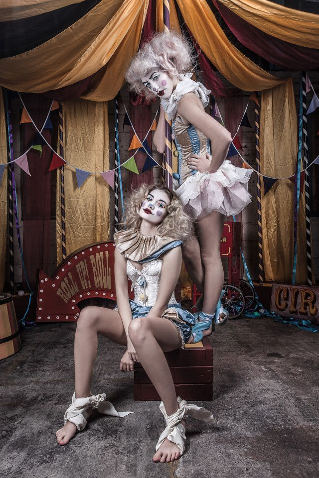 Photographie : cirque - duo d'acrobates — Alistair Campbell – A Very Vintage Circus • Dark Beauty Mag