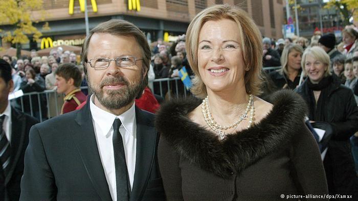 """В 1990-х интерес к АВВА снова вырос. В 1999 году в Лондоне состоялась премьера мюзикла """"Мама мия! """", который уже посмотрело 40 миллионов зрителей по всему миру. Он считается одним из самых успешных мюзиклов за всю историю жанра. В 2008 году его экранизировали. А в 2013 году в Стокгольме был открыт музей АВВА. На фото: Бьорн и Анни-Фрид на премьере мюзикла """"Мама мия!"""" в 2007 году в Берлине."""