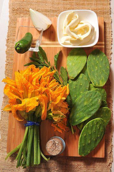 palillos al gusto sal al gusto 100 gramos de queso oaxaca 1 manojo de flor de calabaza 1 pieza de chile jalapeño 1 rama de epazote 1/4 pieza de cebolla blanca 12 piezas de penca de nopal