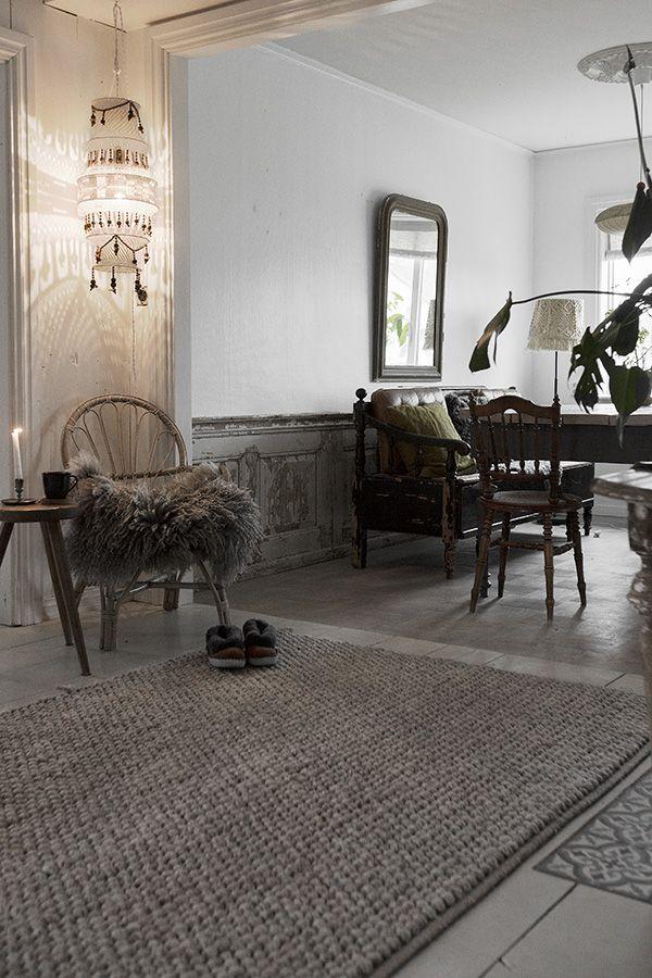 Jag och mina hörn, där jag placerar en skön stol, ett fårskinn och en pall för kaffekoppen ( den nödvändigaste) . Här ett mellan kök och ...