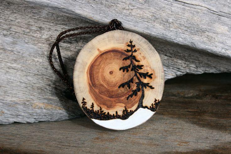 Ein Treibholz Scheibe Ornament mit einer schönen Rising Sun erscheint als die Maserung des Holzes Kreise heraus vom Zentrum. Ich habe in einem verwinkelten Kiefer und Horizont verbrannt und weiß für eine winterliche Atmosphäre hinzugefügt:) Misst 3 Zoll + geflochtene Schnur zum Aufhängen. Signiert auf der Rückseite. Bitte beachten Sie jeweils ist handgemacht und das Korn in jedem ist ein wenig anders:) Ihnen möglicherweise nicht genau hier gezeigt, aber sie sind alle schön! Bereit für das…