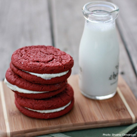 Red Velvet Whoopie Pies - I use the cheater version with cake mix: Cakes Mixed, Recipe, Sandwiches Cookies, Red Velvet Cookies, Velvet Whoopie, Redvelvet, Whoopie Pies, Velvet Sandwiches, Cream Chee