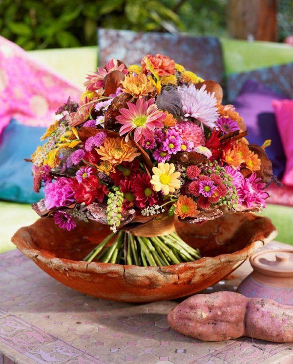 décoration de table d'automne en bouquet de fleurs couleurs vives