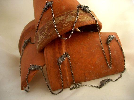Me encanta bugs. Hay una gran variedad de formas y tamaños (no mencionar la forma en que mueven y los colores!) ¿Cómo podía no tomar un poco de inspiración? Son escarabajos de darkling. Cada escarabajo es 3/4 largo por 1/4 ancho y allí son 7 de ellos. Tallado de la cera, molde, las piernas de los alambres, que moldea, y ahora tengo estos en grandes hordas.  Esto es una cadena de 40. La cadena es una cadena de plata rolo. Tiene un corchete de la garra de langosta pequeña para ayudar ...