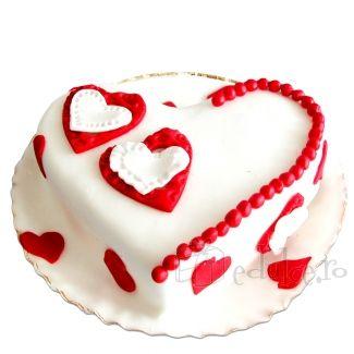 Tort pentru partenerul tau, cu ciocolata fina captiva in foi de rulada aromata. Martipan alb si inimioare delicioase.